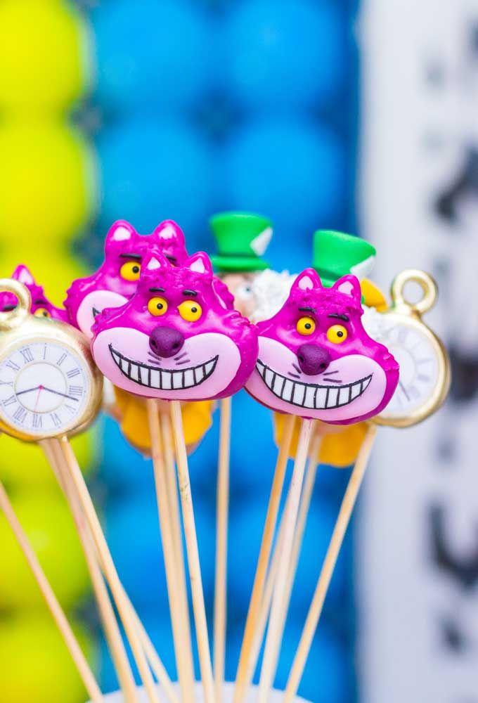 Personalize os doces da festa com os principais elementos do tema Alice no País das Maravilhas.