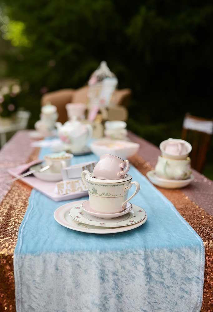Faça uma decoração com diversos tipos e tamanhos de xícaras.