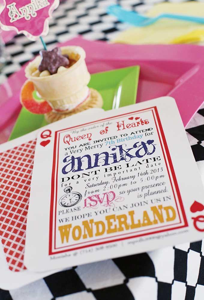 Na hora de fazer o convite da festa, use o formato da carta de baralho para lembrar o tema Alice no País das Maravilhas.
