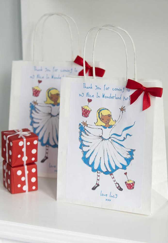 Sacolas personalizadas com o tema são as mais usadas como lembrancinhas nos aniversários.
