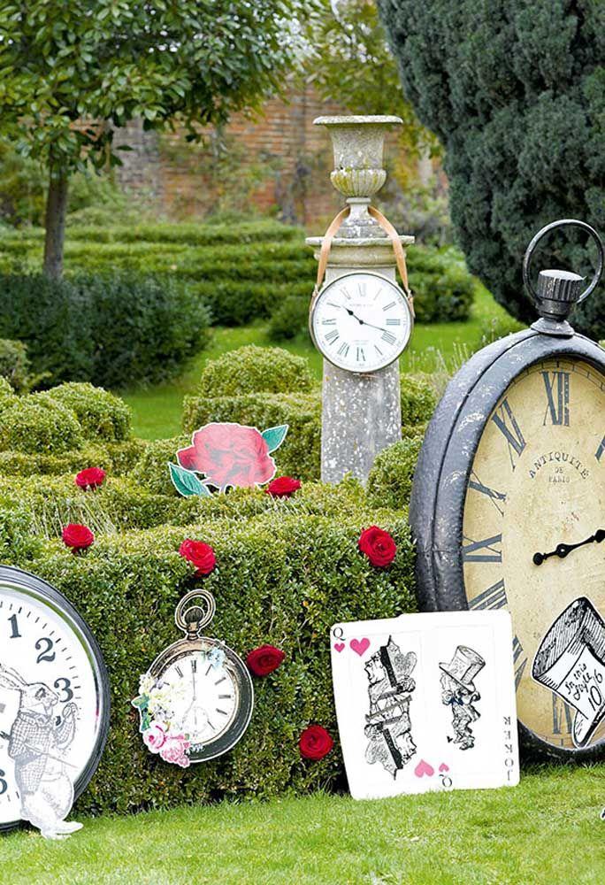 Relógios de formatos e tamanhos diferentes são peças essenciais na decoração da Alice no País das Maravilhas.