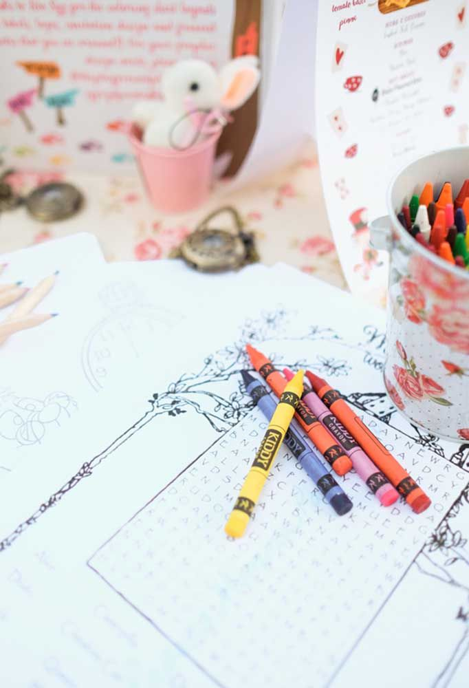 Nas festas infantis não pode faltar brincadeiras para deixar as crianças animadas. Uma boa opção é distribuir desenhos para as crianças pintarem.