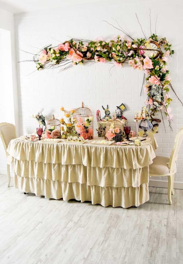 Faça uma decoração priorizando o uso do arranjo de flores, seja para decorar a mesa, seja para enfeitar a parede.