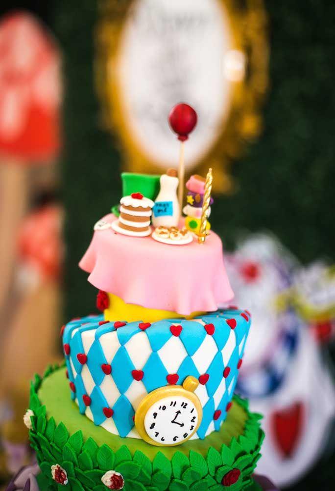 Para fazer um bolo com os elementos do tema Alice no País das Maravilhas é preciso usar pasta americana e priorizar o bolo fake.