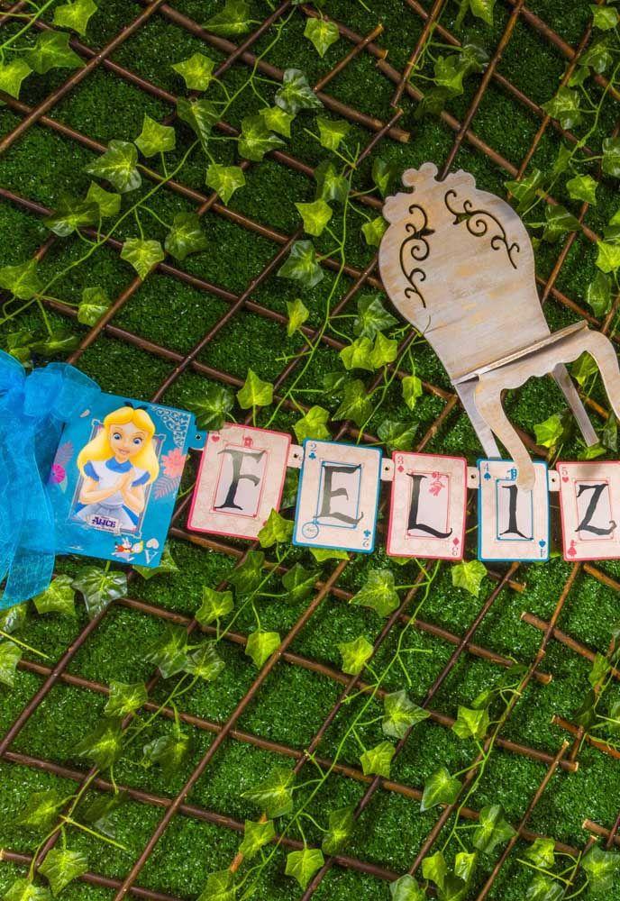 Que tal preparar uma parede viva para fazer a decoração da festa com o tema Alice no País das Maravilhas.