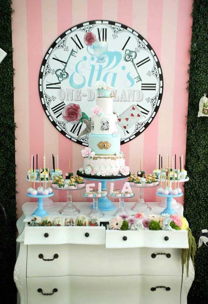 A penteadeira no estilo vintage fica perfeita como a mesa principal da festa Alice no País das Maravilhas.