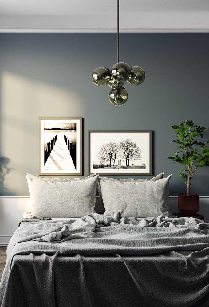 Composição de fotografias em preto e branco na cabeceira da cama; repare que mesmo em posições diferentes – horizontal e vertical – os quadros estão em harmonia