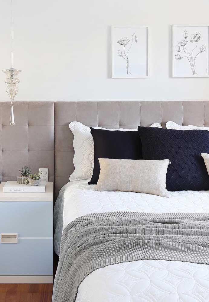 Brancos, pequenos e discretos para combinar com a decoração sóbria e elegante do quarto