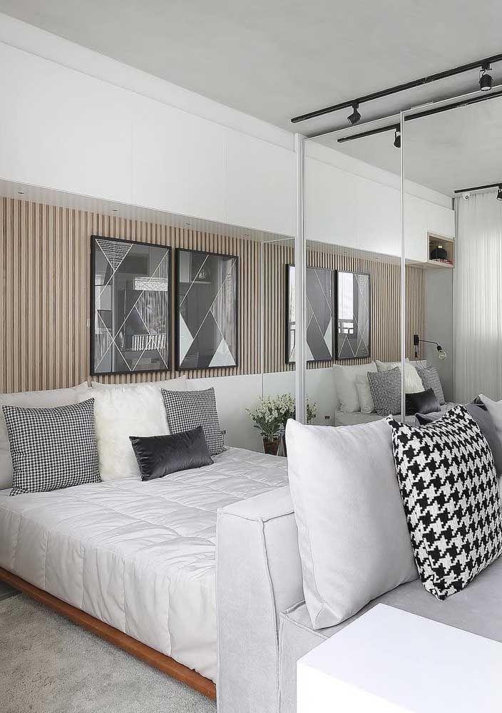 Quadros de visual moderno em preto e branco descentralizado sobre a cama