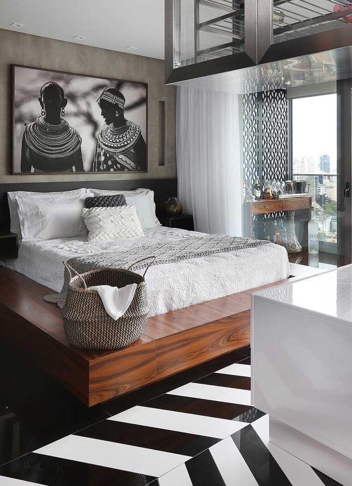 A fotografia de tamanho proporcional a cabeceira da cama reflete as preferências e estilo dos moradores