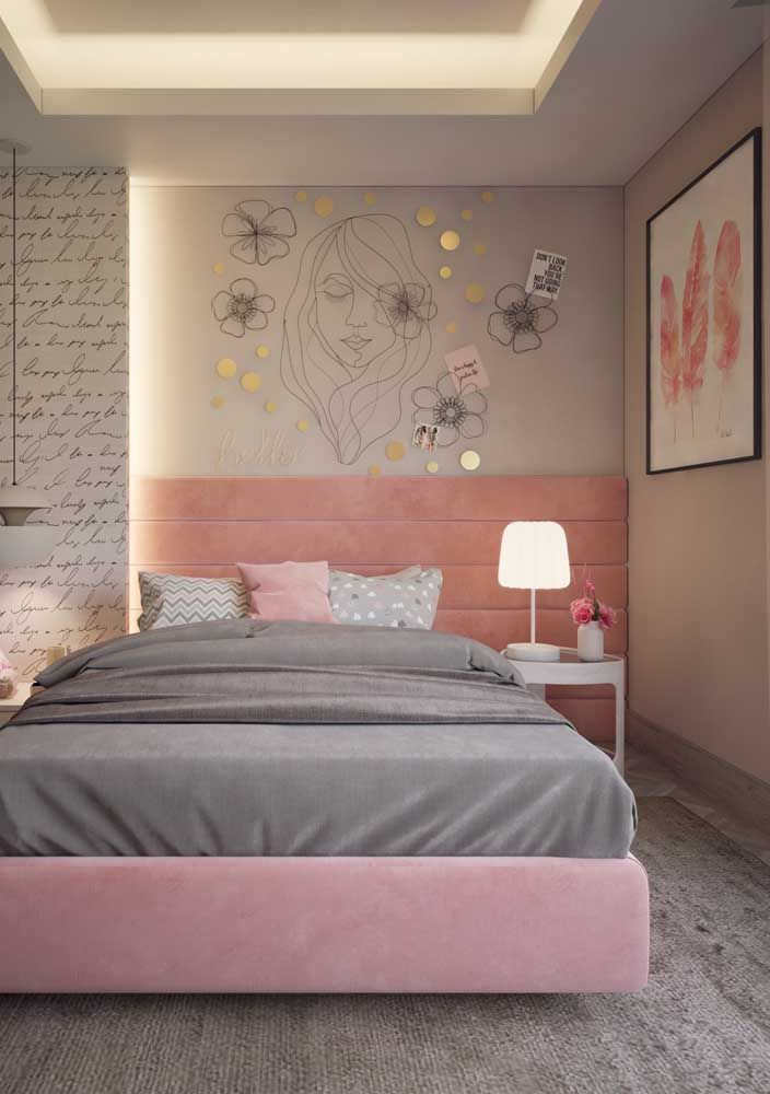 O quadro com figura de penas pode ser apreciado por quem está deitado na cama e por quem acaba de chegar