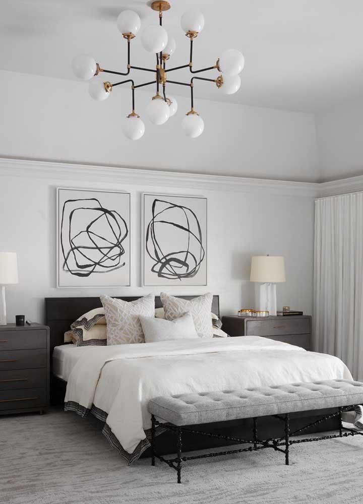 O preto e branco imperam em todos os elementos desse quarto, incluindo os quadros