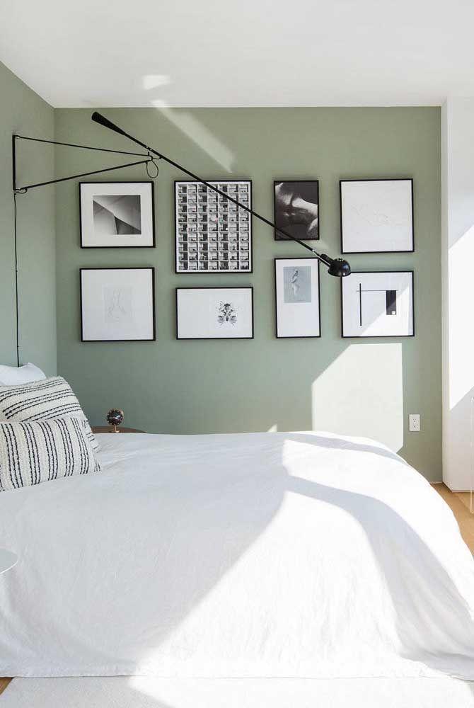 A parede que recebe os quadros é a que mais se destaca no ambiente