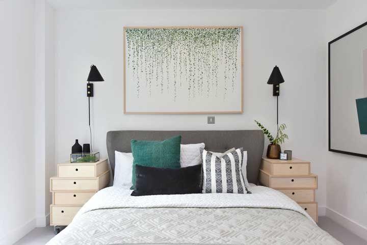 Cascata verde emoldurada sobre a cama