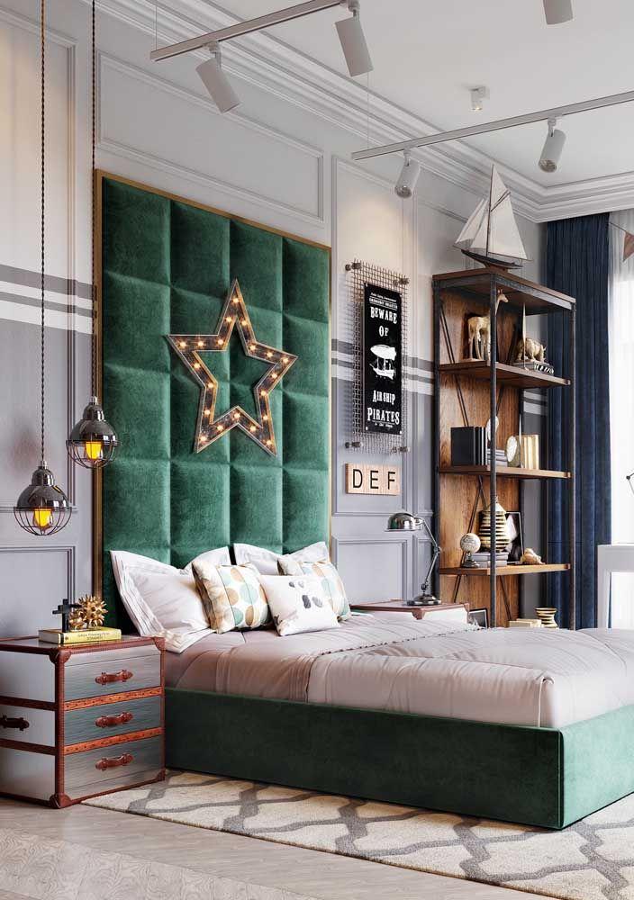 Nesse quarto de casal, o quadro não é o destaque, mas ainda assim é parte importante da decoração