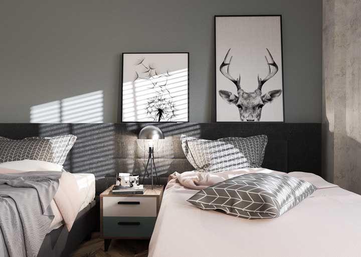 O quarto dos irmãos ganhou quadros apoiados na cabeceira da cama