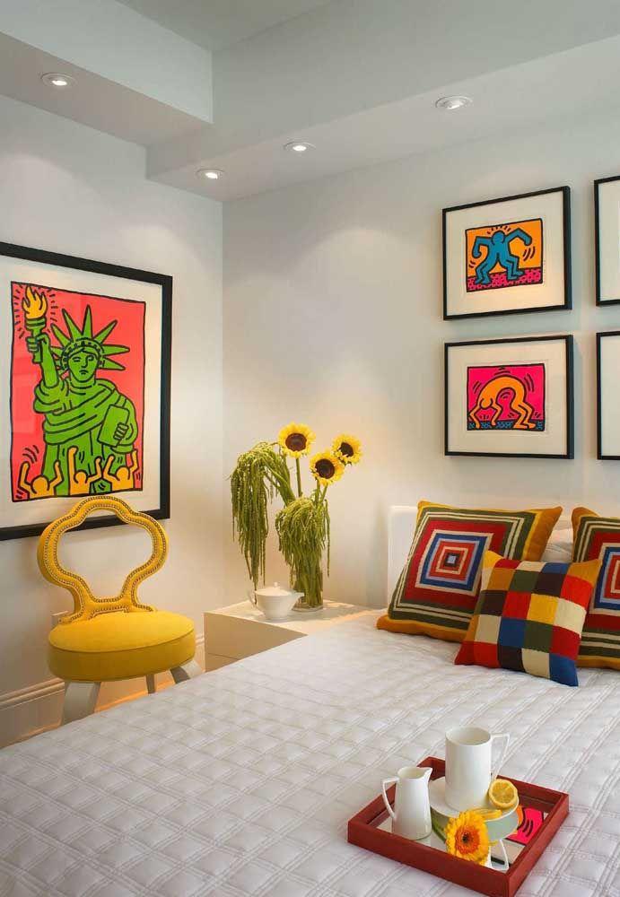 Composição colorida e alegre para avivar o quarto; a fina moldura preta não pesa visualmente na decoração