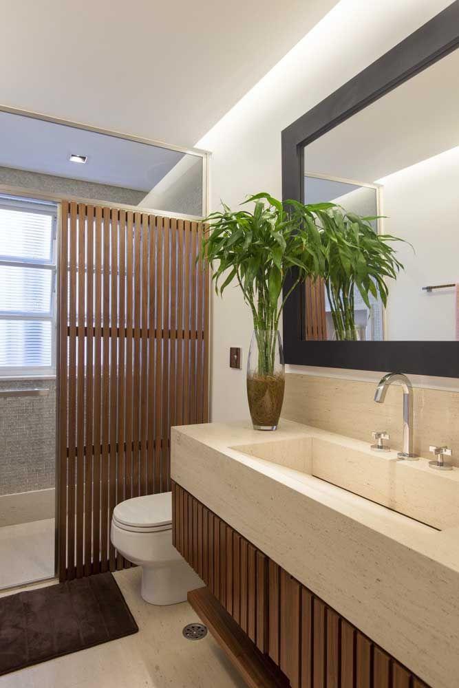 O bambu da sorte caiu como uma luva nesse banheiro revestido com madeira