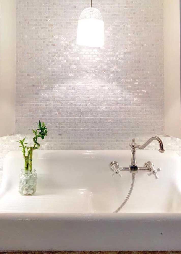 Mesmo pequeno, o vasinho de bambu da sorte já é suficiente para trazer vida ao banheiro branco