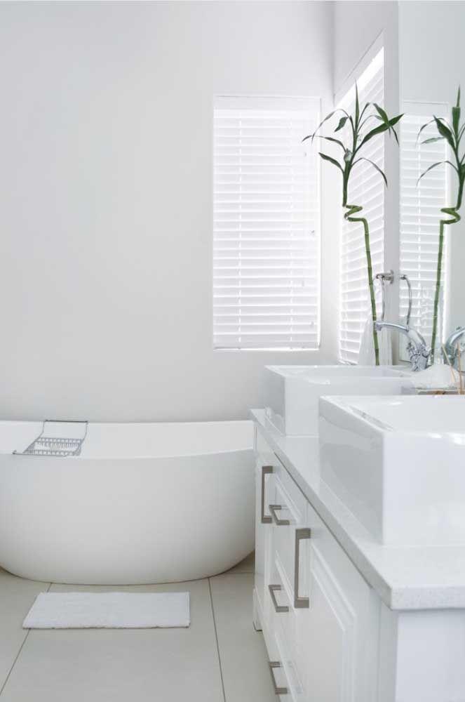 Toda a paz que um banheiro branco com planta pode trazer...