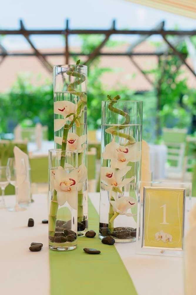 Olha que charme essas orquídeas submersas no mesmo vaso do bambu da sorte!