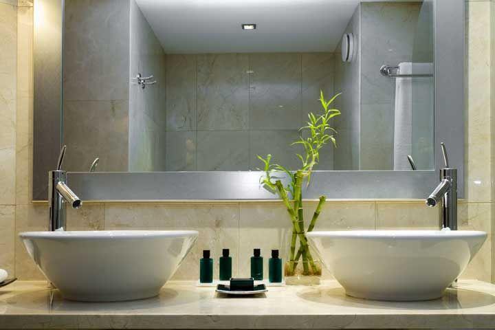 A iluminação artificial valorizou e destacou o vaso de bambu da sorte