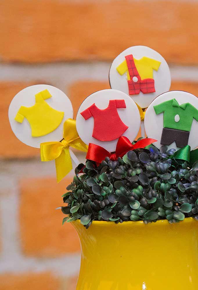 Que tal fazer uma decoração com as roupinhas dos personagens da Turma da Mônica?