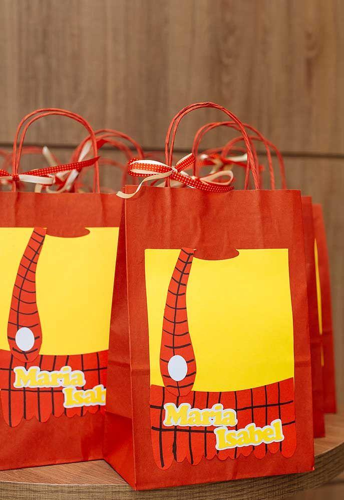 Para colocar as lembrancinhas prepare uma sacola de papel e cole um recorte do formato da roupa do Cascão.