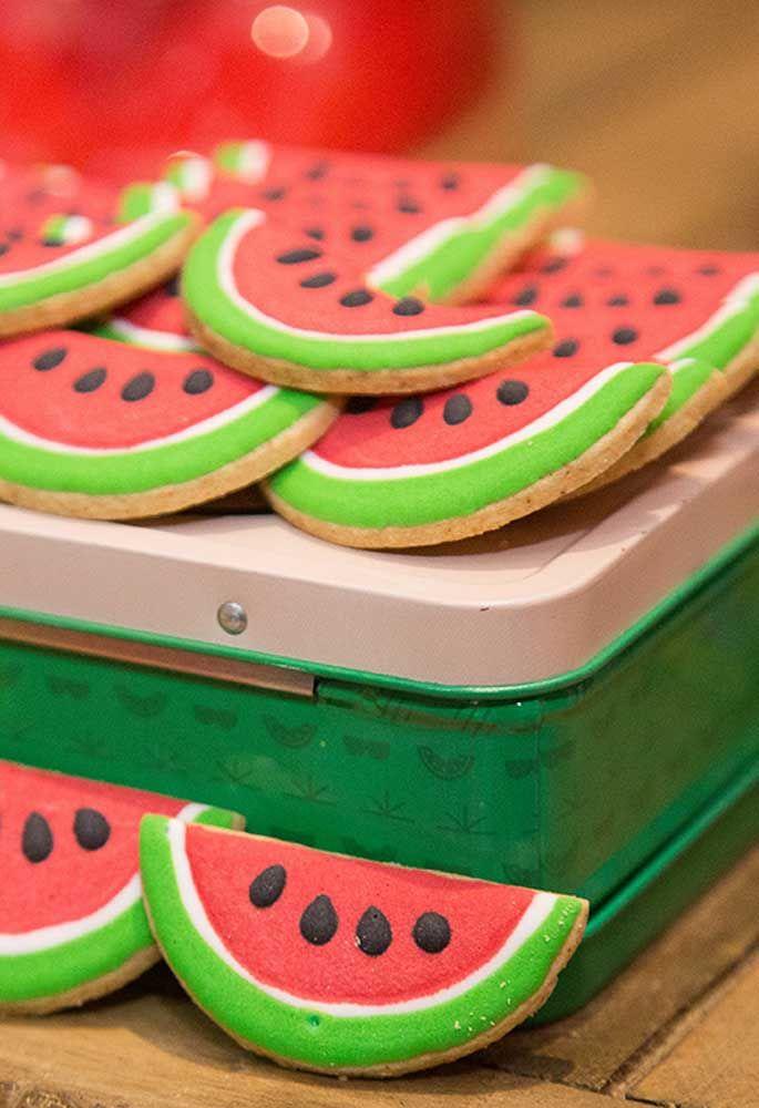 Faça biscoitos no formato da fatia de melancia e use pasta americana para decorar.