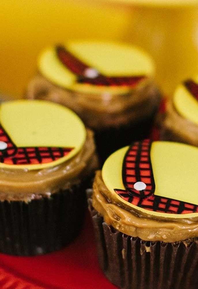 A decoração do cupcake deve seguir o tema da festa.