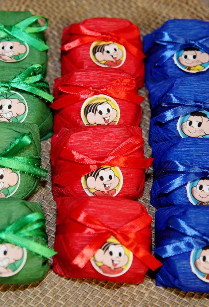 Embale os doces de aniversário com papel tecido e cole o rosto dos personagens para personalizar a guloseima.