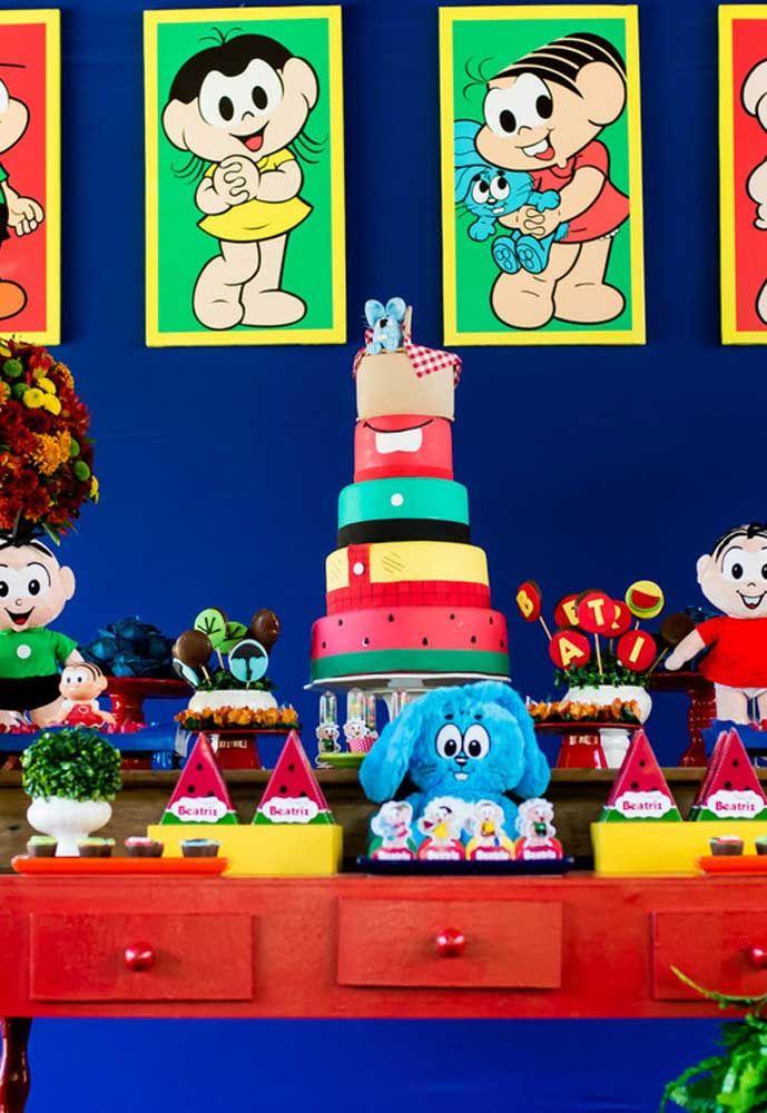 Faça um bolo fake para colocar na mesa principal da festa, já que é possível incrementar de diferentes formas.