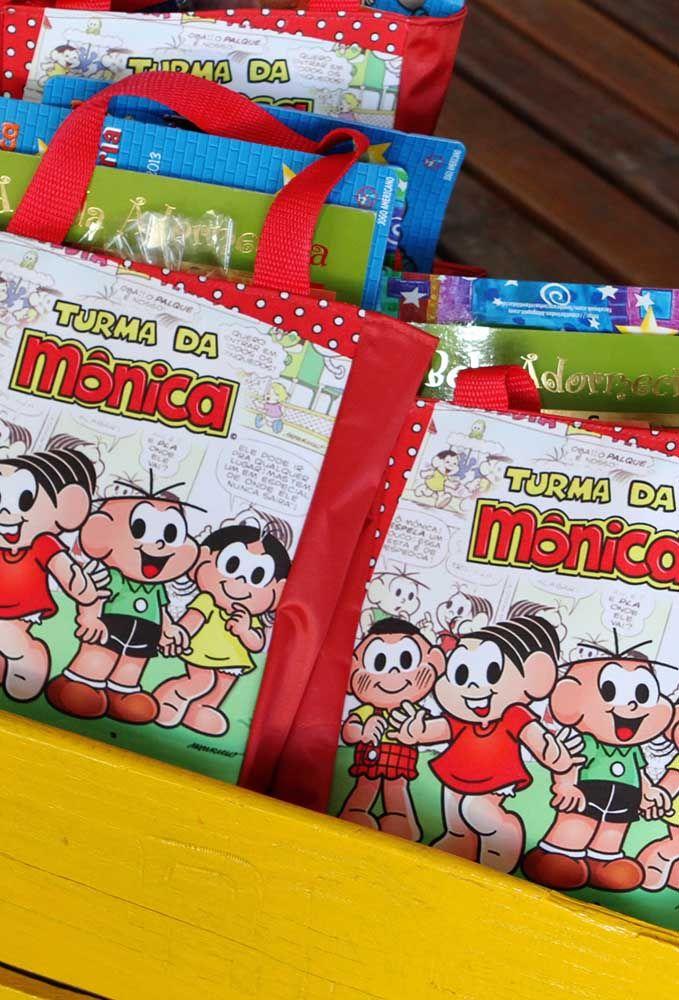 Uma boa opção de lembrancinha para o aniversário com o tema Turma da Mônica é distribuir sacolas com vários livros clássicos e com revista em quadrinho.