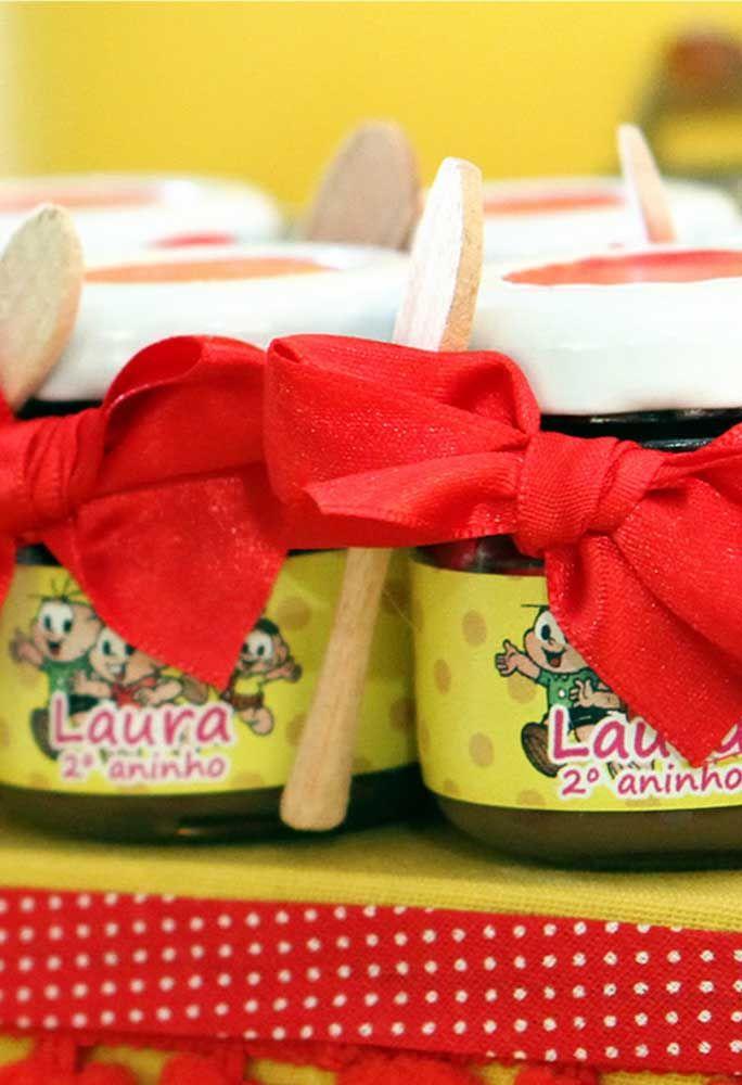 Que tal servir alguns doces em potes? Para decorar, use alguns adesivos com os personagens.