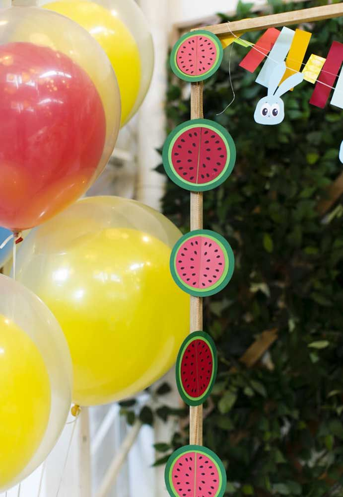 Faça uma decoração com fatias de melancias de papel