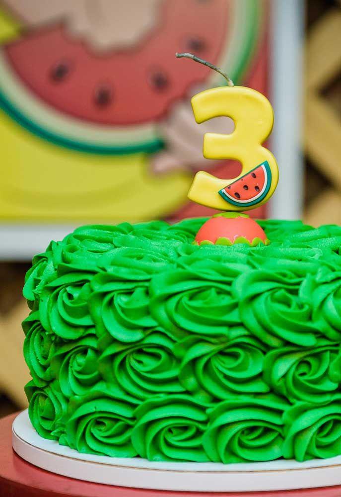 Dá para fazer um bolo simples com o tema Turma da Mônica. Para isso, use glacê ou chantilly na decoração.