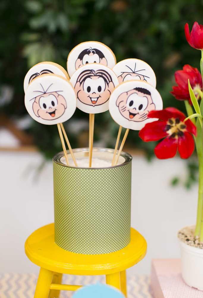 Espalhe biscoitos personalizados pela festa.