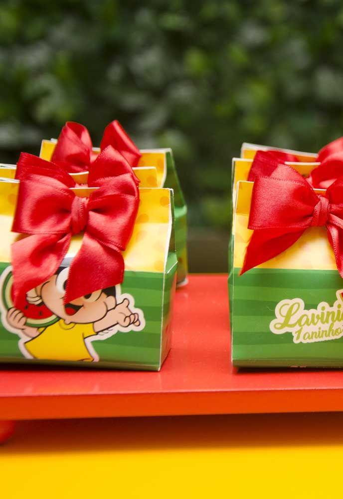 Compre caixinhas personalizadas em lojas de festa e use como embalagens das lembrancinhas.