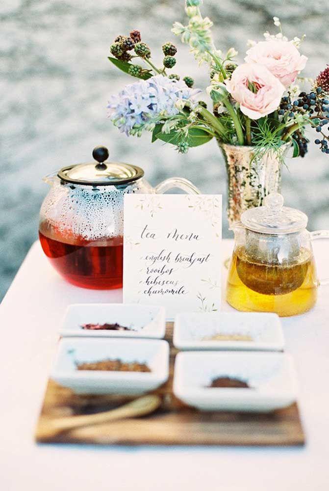 Deixe que os convidados escolham o chá, para isso disponibilize um menu com o nome de cada chá