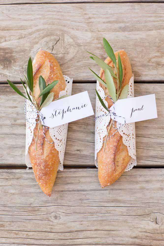 Marque o nome dos convidados nos pãezinhos; você pode usá-los para reservar os lugares da mesa