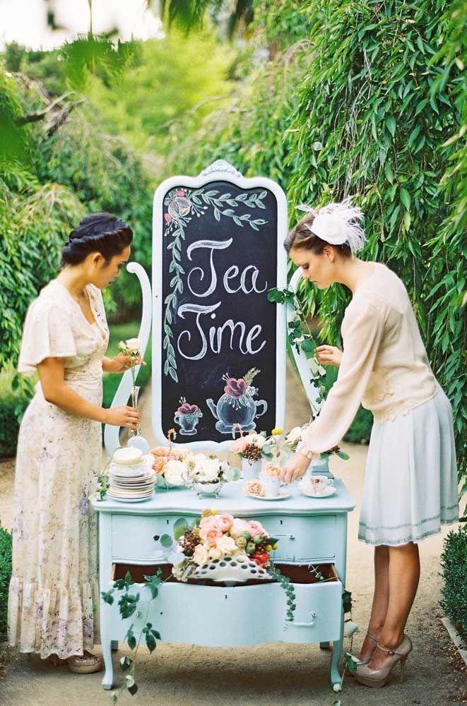 Ao ar livre, o chá da tarde fica ainda mais encantador; aproveite a beleza natural para reforçar o clima de romance e nostalgia