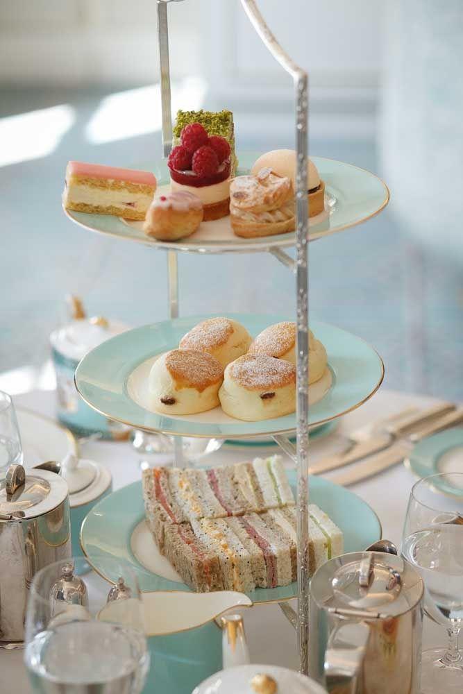 A apresentação visual dos doces é fundamental no chá da tarde, para isso conte com suportes verticais, o melhor ainda é que eles economizam espaço na mesa