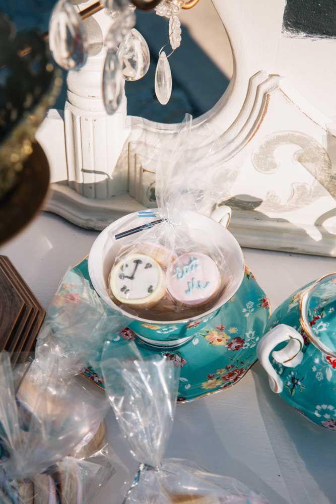 Uma lembrancinha apaixonante: xícara de chá com biscoitinhos decorados