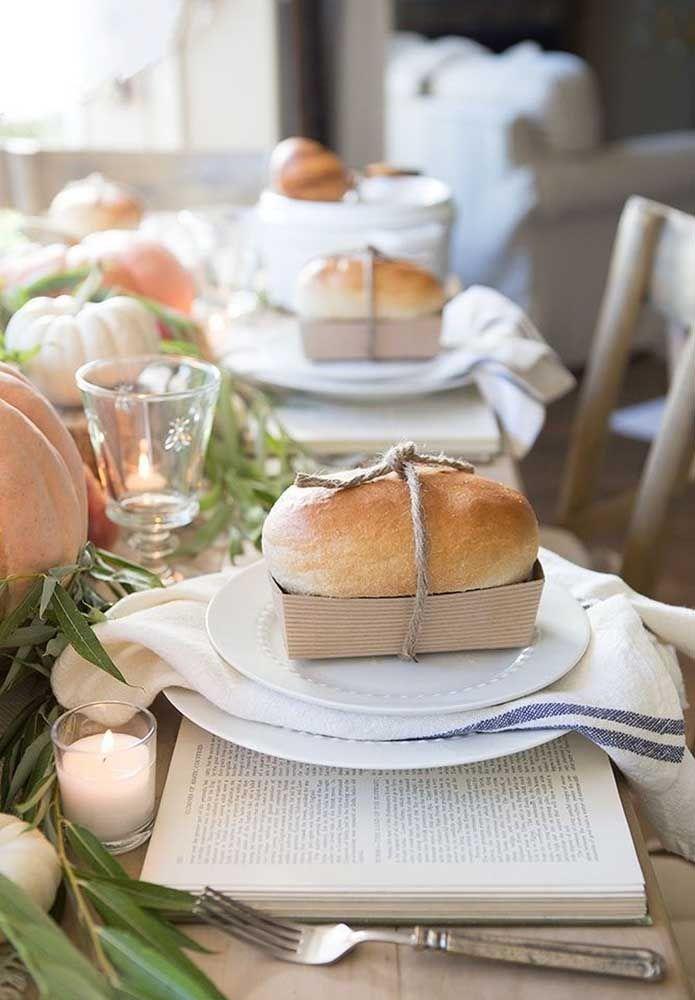 Chá com livros? Uma boa ideia! Para acompanhar um pão caseiro em cada prato