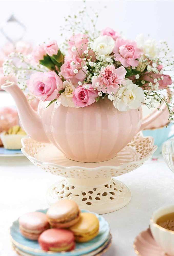 Dê uma nova função ao bule colocando flores dentro dele