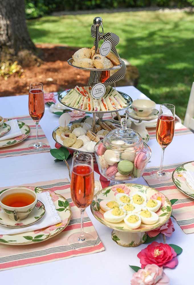 O chá da tarde colorido trouxe ovos cozidos como opção do cardápio