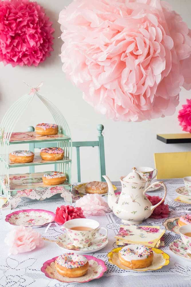 Decore o chá da tarde com flores de papel: fácil, rápido e econômico