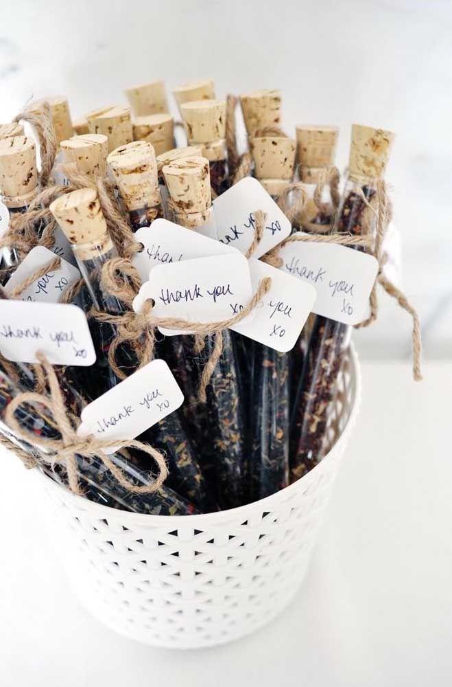 A lembrancinha aqui são tubetes com ervas e especiarias desidratadas, prontas para se tornarem um chá