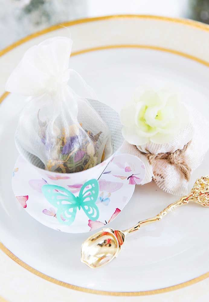 Aqui, o chá de flores repousa dentro do saquinho de organza só esperando pelo momento de receber a água quente