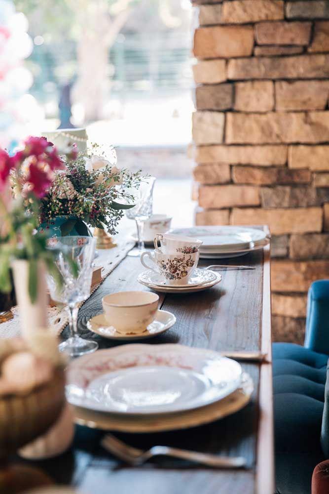 A toalha de mesa é dispensável no chá da tarde, no lugar dela você pode usar apenas um caminho de mesa